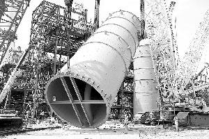 [图]湖北化肥乙二醇项目最重设备吊装就位