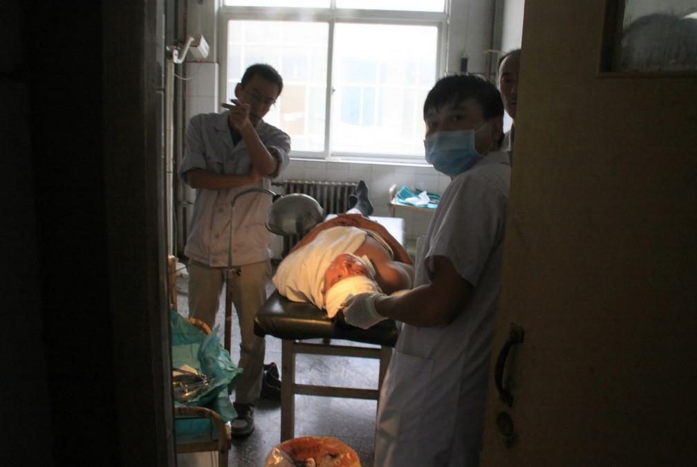 9月10日上午8点30分左右,位于河南新乡市获嘉县的中新化工有限责任公司发生爆炸。事故造成5人受伤,受伤人员已送往医院,事故原因尚未查明。图为伤者在医院接受治疗。