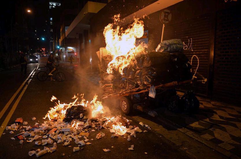当地时间10月21日,巴西里约热内卢近海一座油田举行开采权竞标,引发示威者抗议,与负责安保的大量配枪巡逻士兵发生冲突