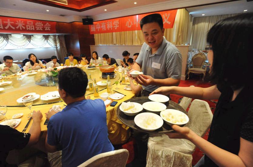 2013年7月14日,杭州举行的首次转基因大米会上,一群科普爱好者在品尝转基因黄金大米。