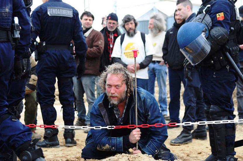 """2013年4月15日,法国奥德省,一百名反转基因的活动家""""占领"""" 孟山都生化公司的农场,希望弄清当地是否种植了转基因玉米。"""