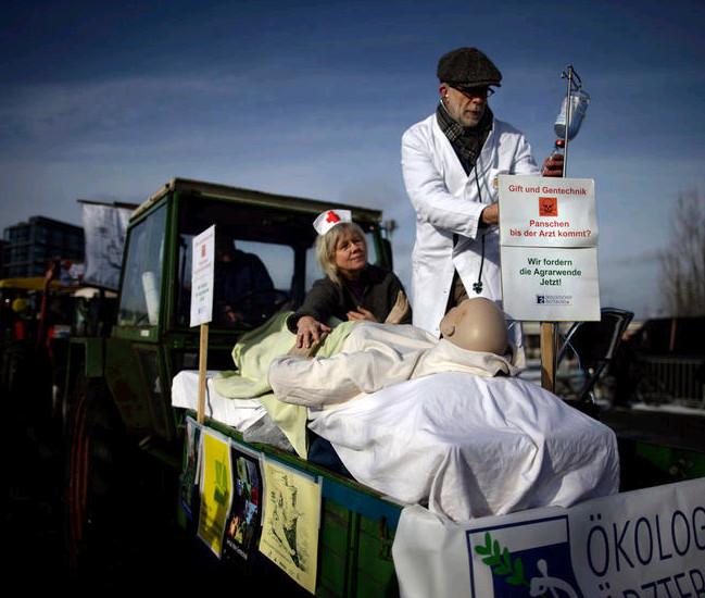 2011年1月22日,德国柏林,超过1万人参加了游行队伍,抗议转基因种子的使用。此次游行是因二恶英污染导致6000家农场接受检疫导致的。