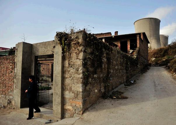 河北石家庄市上安镇白王庄村,6000多村民同样饱受空气污染的困扰。与他们相伴20余年的,是河北省装机容量最大的华能上安电厂。