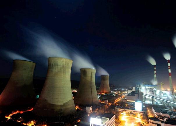 毗邻南义羊村的河北西柏坡发电厂,规划装机容量为2400兆瓦,是河北南网最大电厂之一,四个巨大的冷凝塔岿然矗立,三根高耸的烟囱一字排开。