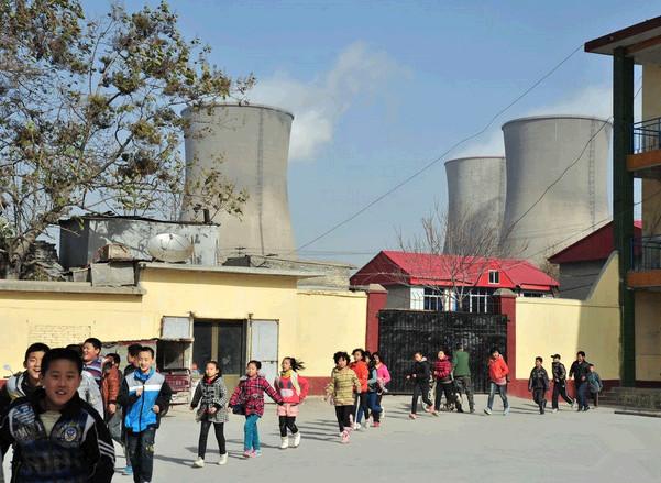 毗邻电厂的上安镇白王庄村学校,绿色和平志愿者在学校里实测的PM2.5浓度竟然超过300微克每立方米。