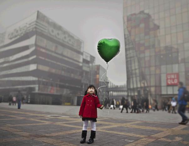绿色和平的小志愿者,希望空气能更快变好。图为北京三里屯。
