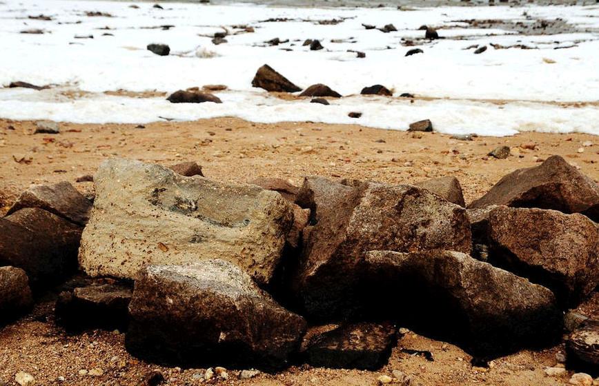 泄漏原油海滩上砂石上残存的原油