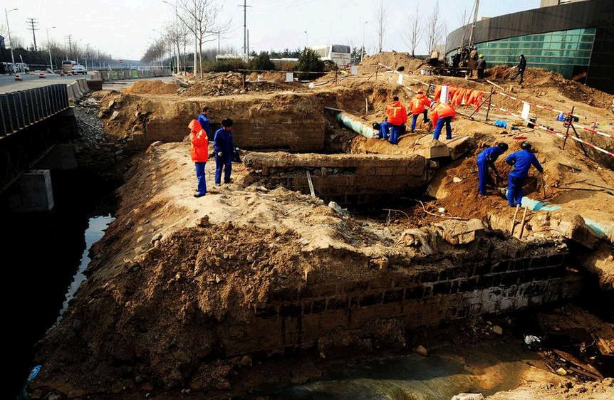 工人们在秦皇岛路与丽东化工厂之间的爆炸点挖掘残存的管道