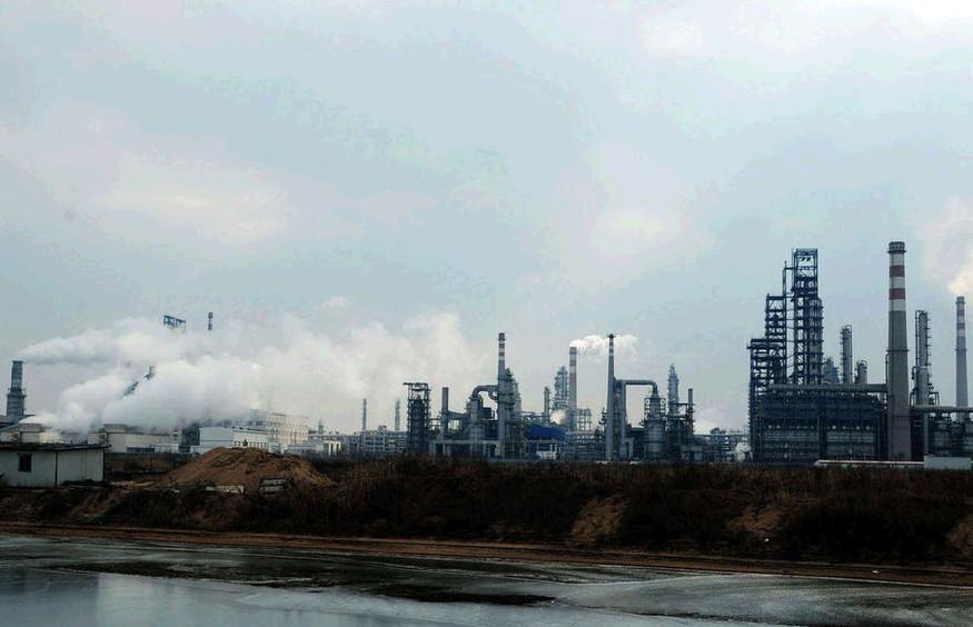与养殖池临近的中石化青岛炼化公司正常运转