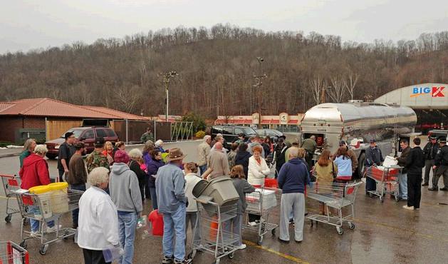当地时间2014年1月9日,美国西弗吉尼亚州首府查尔斯顿,民众购买饮用水