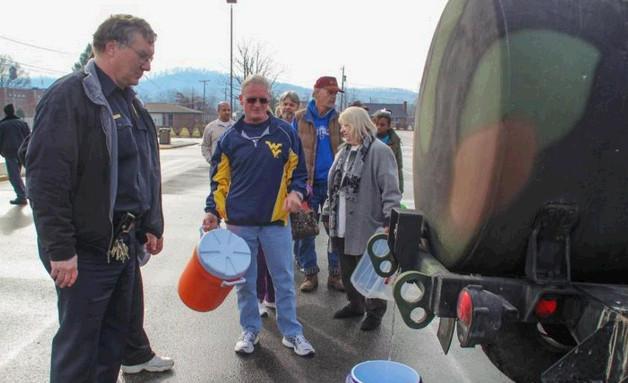 当地时间2014年1月9日,美国西弗吉尼亚州首府查尔斯顿发生化学物质外泄,导致公共水源受到污染