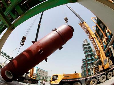 [图]南化公司检修工人冒高温吊装大型设备