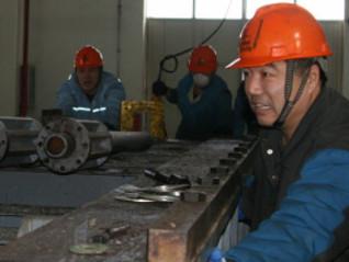 [图]齐鲁石化塑料厂春节期间维修设备