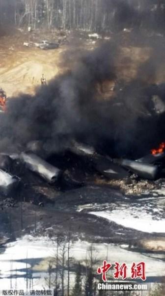 加拿大一列油罐车脱轨 原油泄漏流入河流