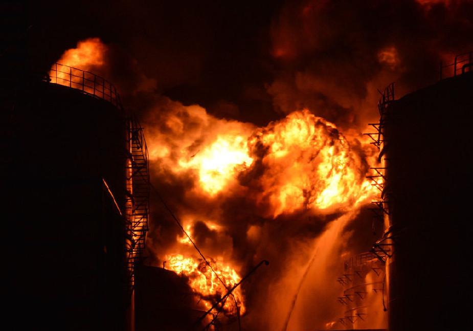 2015年4月6日晚19时左右,位于福建漳州的古雷PX项目工厂发生爆炸。多名现场目击者称,PX工厂爆炸巨响后,火光照亮夜空,浓烟滚滚,附近居民感觉到剧烈震动。4月7日早上,大火仍在燃烧。福建省漳州市漳浦县杜浔镇中心卫生院,该院共收治14名伤员,7名伤员情况较轻,经处理后已经出院,7名伤员留观。据了解,患者多为多发颜面部挫裂伤,烧伤,皮外伤,划伤。