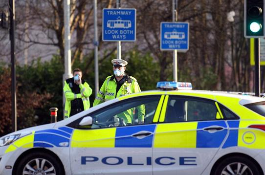 戴着防毒面具的警察正在附近街区警戒,使用扬声器呼吁人们留在室内。