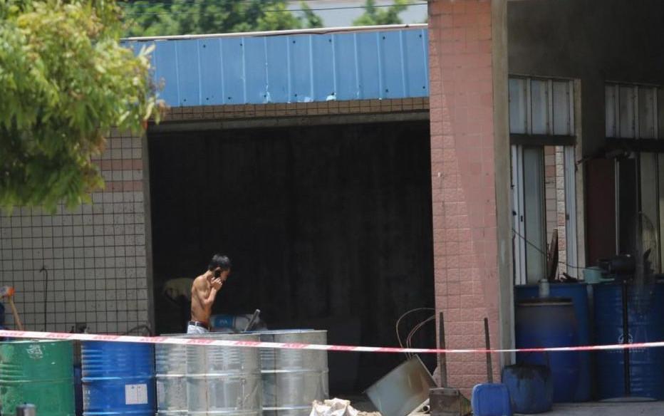 7月1日上午,中山市东升镇同茂工业区汇力化工厂发生气体泄漏。三只盛放树脂的铁桶在作业时爆裂,导致大量不明气体排向外部。直线距离工厂不足百米的同茂小学学生被紧急疏散。据东升镇官方通报称,泄漏事件导致同茂小学58名小学生和1名老师身体不适并送往医院诊疗,其中56名学生和1名老师在东升医院就诊,1名学生因有心脏病由家长自行送往博爱医院就诊。昨晚8点半左右,在东升医院就诊的学生和老师已经全部出院。