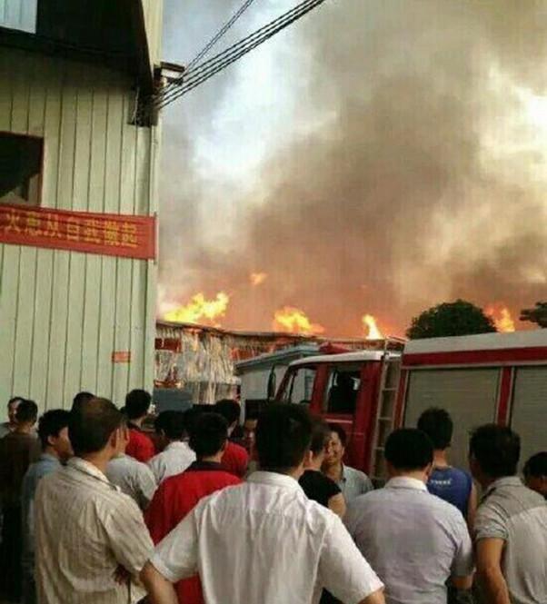7月13日,据网友爆料,赣州南康市一家具厂发生火灾。记者从当地消防部门证实此事。据称,火灾发生时间约当日下午6时许,位于赣州南康市一家具厂发生火灾,当地派出11辆消防车参与救援。记者从网友发布现场图片看到,火势凶猛,过火厂房已发生坍塌。截至14日零点,厂房火势已基本得到控制。
