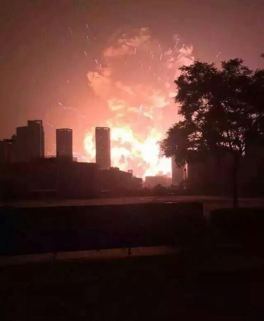 8月12日2330左右,天津滨海新区第五大街与跃进路交叉口一处集装箱码头发生爆炸,爆炸物品是集装箱内的易燃易爆物品,而后发生第二次爆炸。现场火光冲天,附近居民听到巨大爆炸声,有强烈震感。受伤人员已被送往附近医院急救。据央视报道,爆炸事故已造成44人死亡,32人伤势危重。