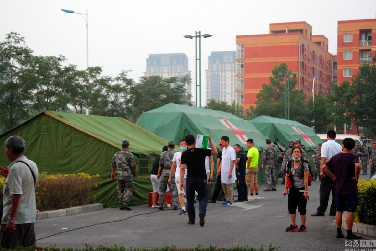 8月12日,天津港国际物流中心区域内瑞海公司所属危险品仓库发生爆炸,截至发稿时已造成17人死亡,32名危重伤员,283人入院观察治疗。事发地附近一所学校操场设置临时安置点,救援帐篷已经搭建完毕,不少民众在等待最新的消息。2
