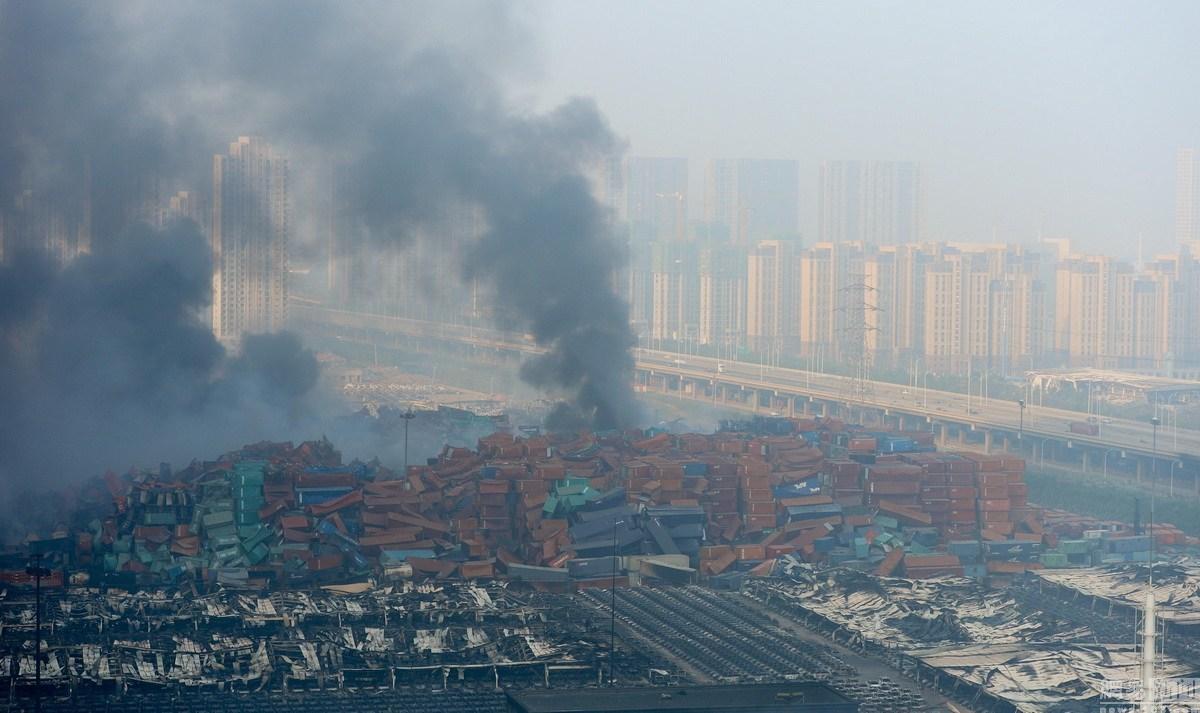 8月12日晚11时许,天津市塘沽开发区一带发生爆炸事故,现场火光冲天。据多位市民反映,事发时十公里范围内均有震感,抬头可见蘑菇云。图为现场浓烟滚滚