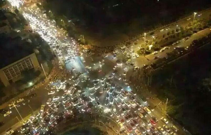 8月12日晚,据多为网友爆料,天津滨海新区发生爆炸,周边地区震感明显,图为天津市区交通拥堵。