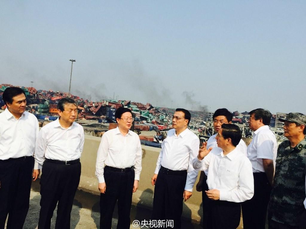 """据央视新闻报道,8月16日下午,李克强抵达天津""""8·12""""瑞海公司危险品仓库特别重大火灾爆炸事故现场。"""