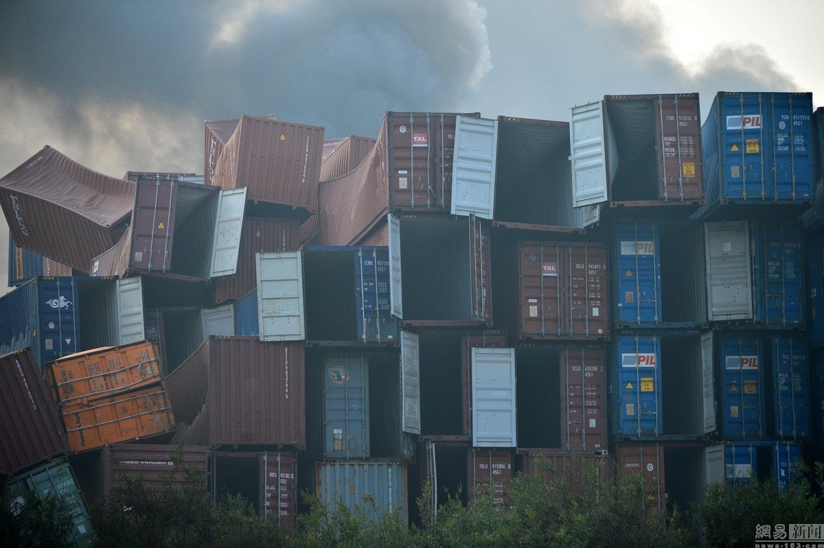 图为天津爆炸点附近的集装箱。