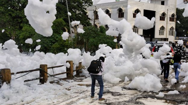 Ghosh说泡沫有一种令人无法忍受的味道,但当地居民还是不得不忍受它。