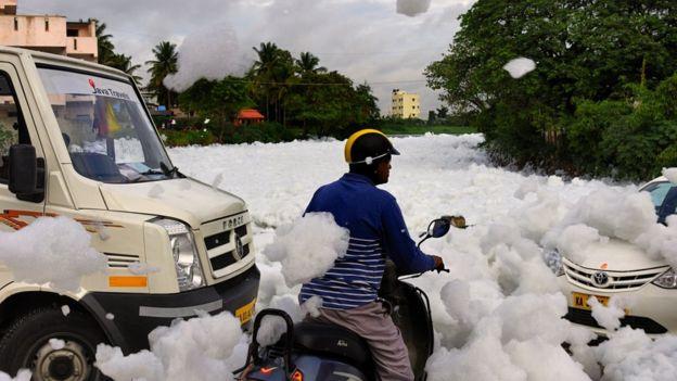 湖周边因为泡沫堆积,还造成交通拥堵。