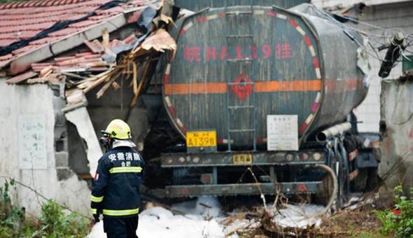 11月17日早晨,一辆满载29吨液态石油添加剂异辛烷的槽罐车在庐江县境内的巢(湖)庐(江)路上突然失控,先是撞断路边电线杆后再冲入路边一户人家的院内,导致这户人家的两辆轿车和房屋等损坏。
