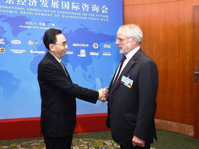 11月18日上午,省长朱小丹在东方宾馆会见杜邦公司全球高级副总裁兼首席科技官苗思凯。