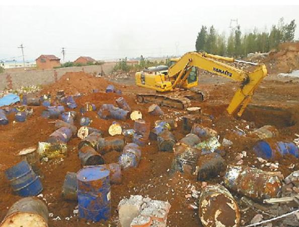 [图]山东一化工厂雇4人偷埋危险废物当场中毒身亡