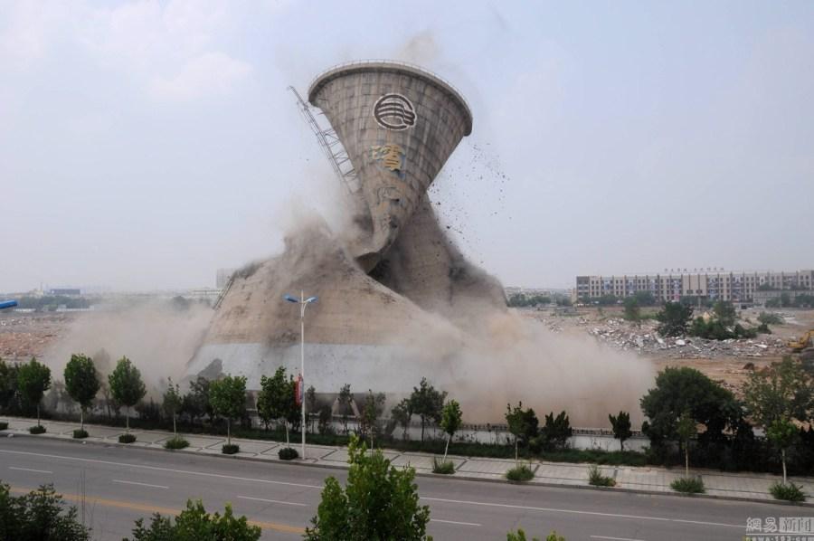 [图}山东滨州化工老厂58米高冷却塔被机械拆除