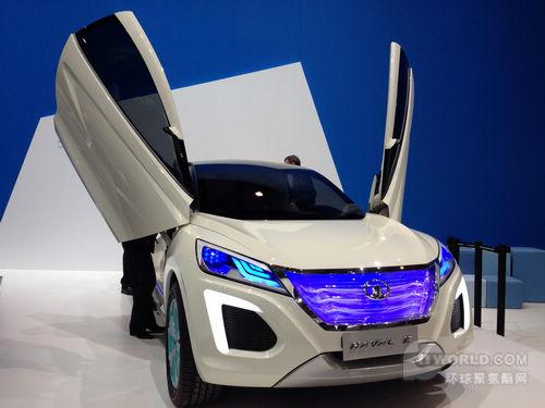(拜耳展示采用三明治板结构设计的汽车后备箱盖原型)