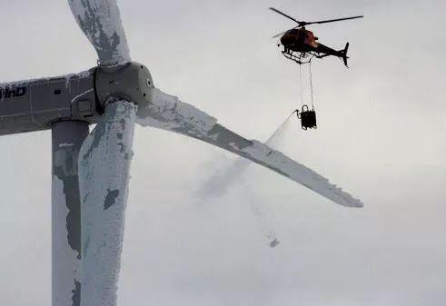 用直升机为叶片除冰图片